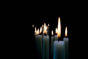 brennende Kerzen im Dunkeln